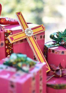 十字架とプレゼントの箱.JPG